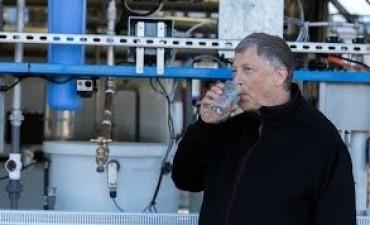 Bill Gates tomó agua proveniente de excremento humano