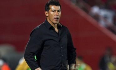Almirón quedó debilitado por la goleada: los hinchas lo insultaron y pidieron por 'Rolfi' Montenegro