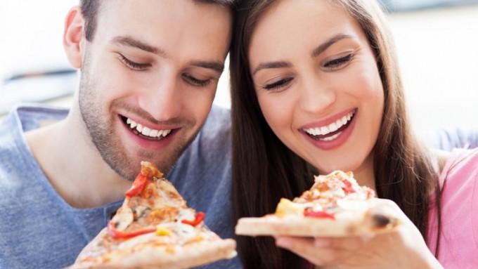 Los efectos negativos de caminar y comer al mismo tiempo