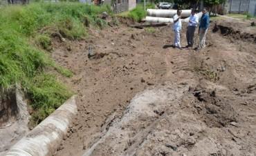 Supervisan la obra de desagüe en el barrio Textil
