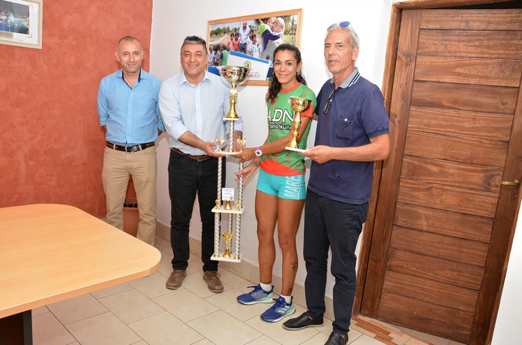 La atleta Ivana Herrera recibió el premio como Deportista Bandeña 2018 de manos de las autoridades municipales