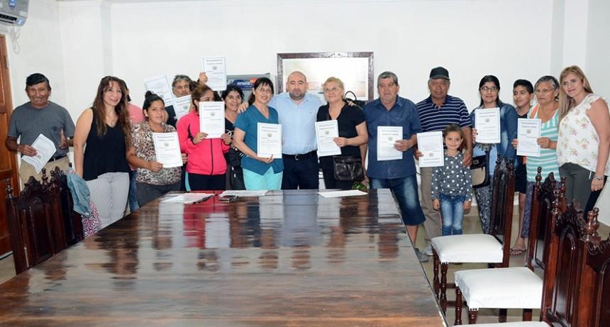 El intendente Pablo Mirolo entregó escrituras a familias del barrio Sarmiento y Los Lagos