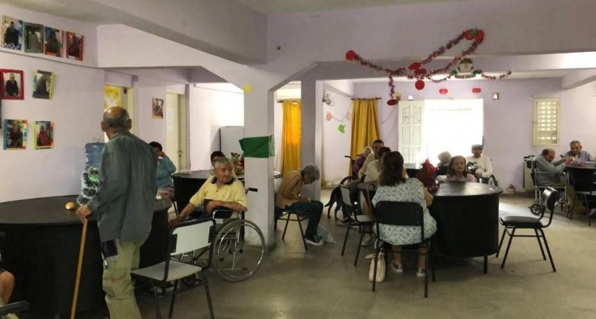 """La Oficina del Adulto Mayor de la Municipalidad entregó regalos a los abuelos de la Residencia """"Mama Antula"""""""