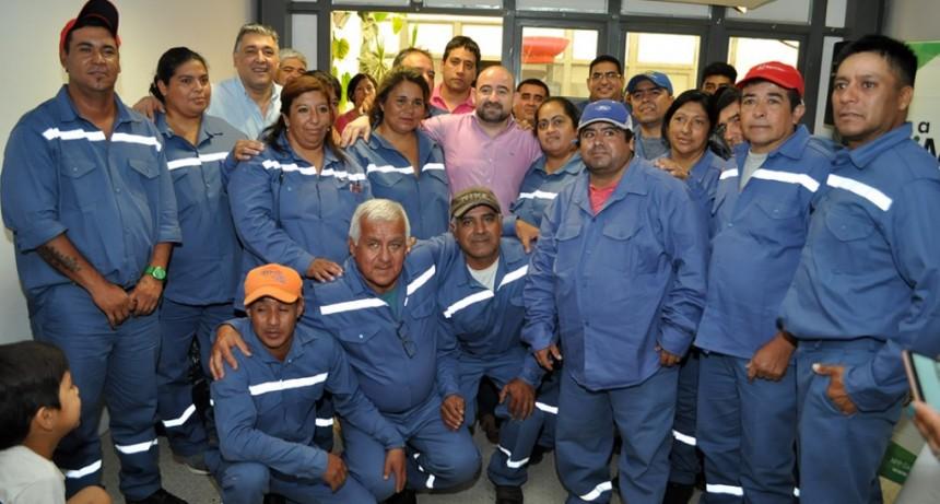 Mirolo entregó ropa de trabajo al personal del Obrador San Fernando y del Mercado Unión