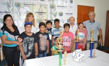 El municipio bandeño entregó trofeos y pelotas a una escuela de fútbol infantil