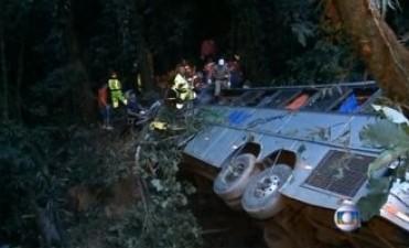 Un autobús cayó por un barranco en Brasil: al menos 49 muertos
