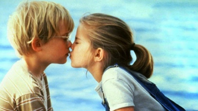 Científicos revelaron por qué se cierran los ojos al besar