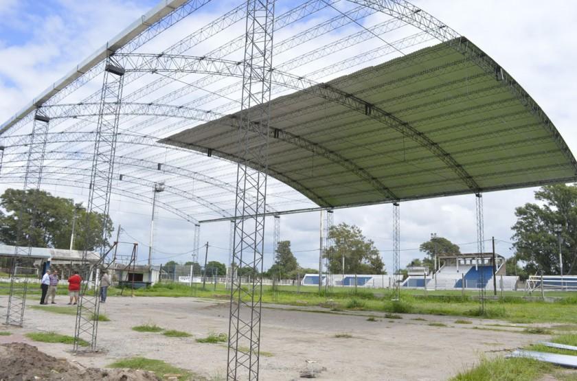 El municipio colabora con la recuperación de la cancha de básquet y vóley del Club Sarmiento