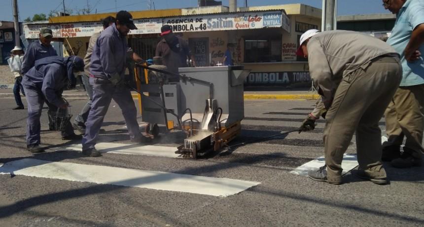 Trabajan en la demarcación de sendas peatonales para el microcentro