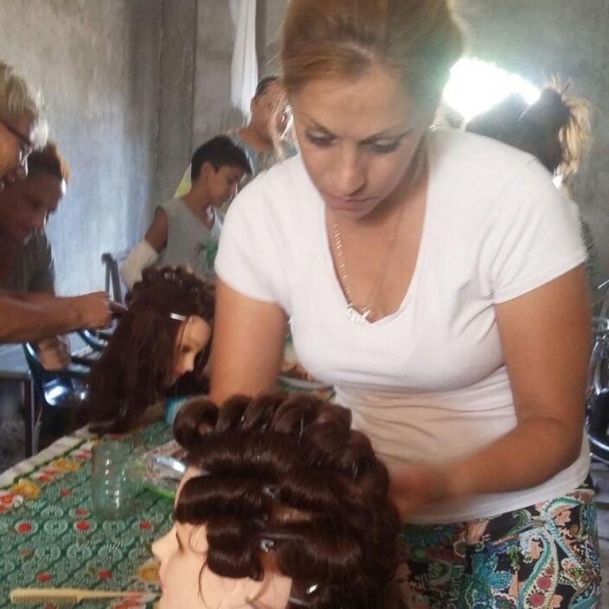 """""""Mejoro mi vida"""" dio inicio con talleres de oficios en el barrio 25 de Mayo"""