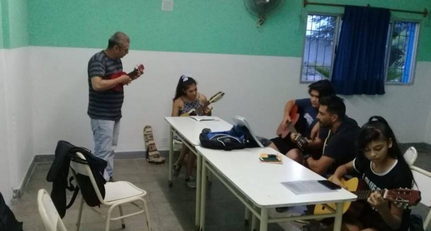 El municipio brinda talleres gratuitos para toda la comunidad en diferentes barrios de la ciudad