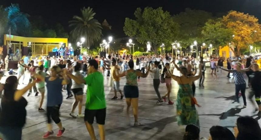 Cientos de vecinos se sumaron una vez más al Taller de Danzas Folclóricas en la Plaza Belgrano