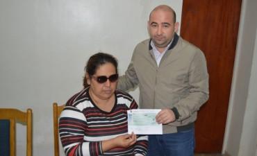 El jefe comunal entregó ayuda económica para intervención quirúrgica