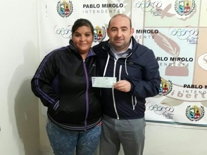 Mirolo entregó una ayuda económica a una madre de dos niños con epilepsia