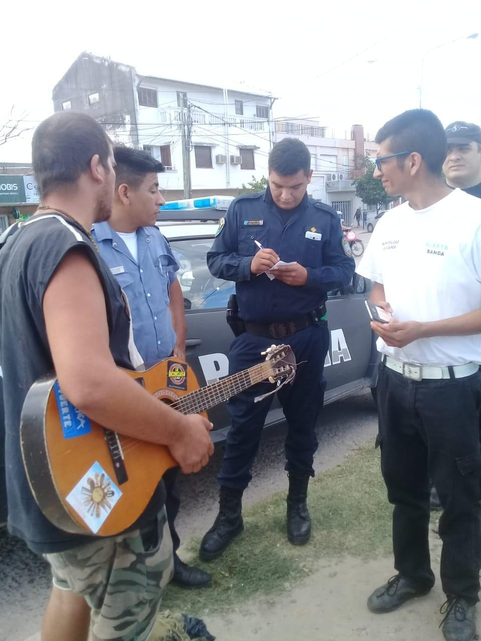 Alerta Banda recuperó una guitarra robada por un indigente con un gran operativo de monitoreo
