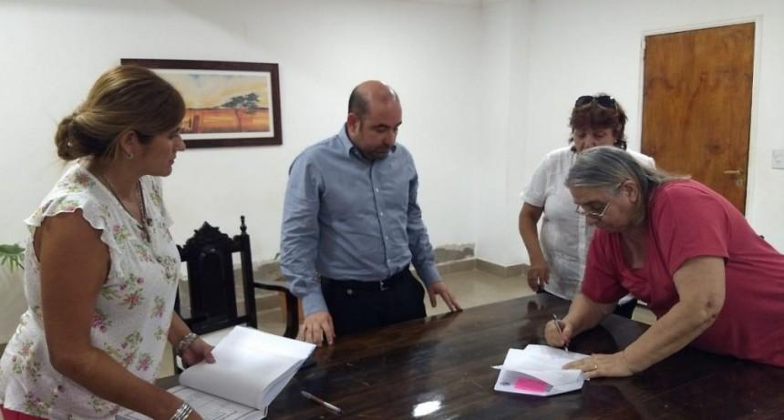 El intendente Mirolo firmó un convenio para reactivar el trabajo de las bibliotecas de la ciudad