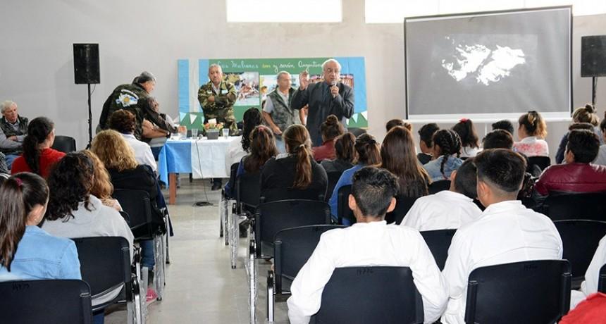 """La campaña de """"Malvinización"""" llegó con gran empuje a la Escuela Municipal del barrio Avenida"""