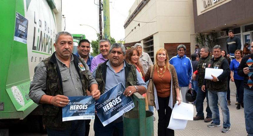 """La campaña de """"Malvinización"""" llega a todos los ámbitos municipales con la distribución de calcomanías"""