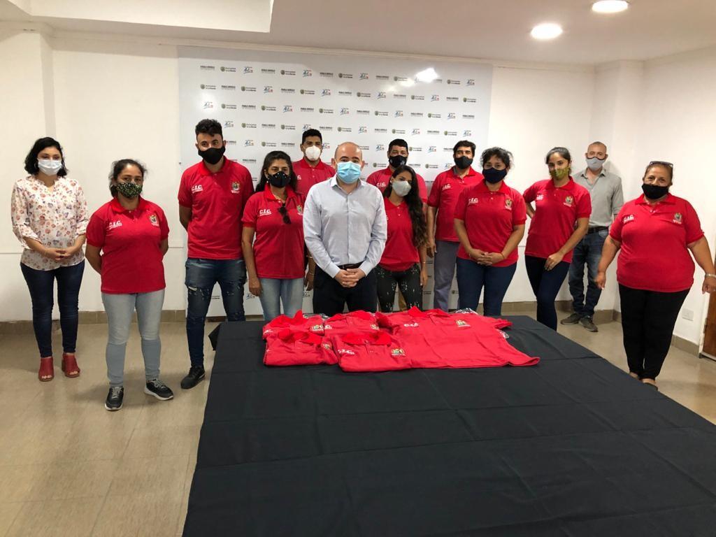 EL INTENDENTE ENTREGÓ UNIFORMES AL PERSONAL DEL ÁREA DE DESARROLLO SOCIAL DEL CIC SAN CARLOS