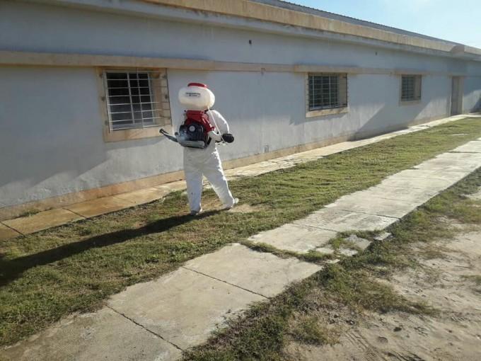 Fumigan los centros de salud municipales para controlar la proliferación de mosquitos