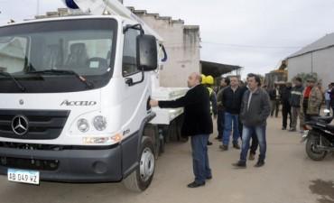 El intendente Mirolo presentó un nuevo vehículo elevador que reforzará el trabajo de Iluminación