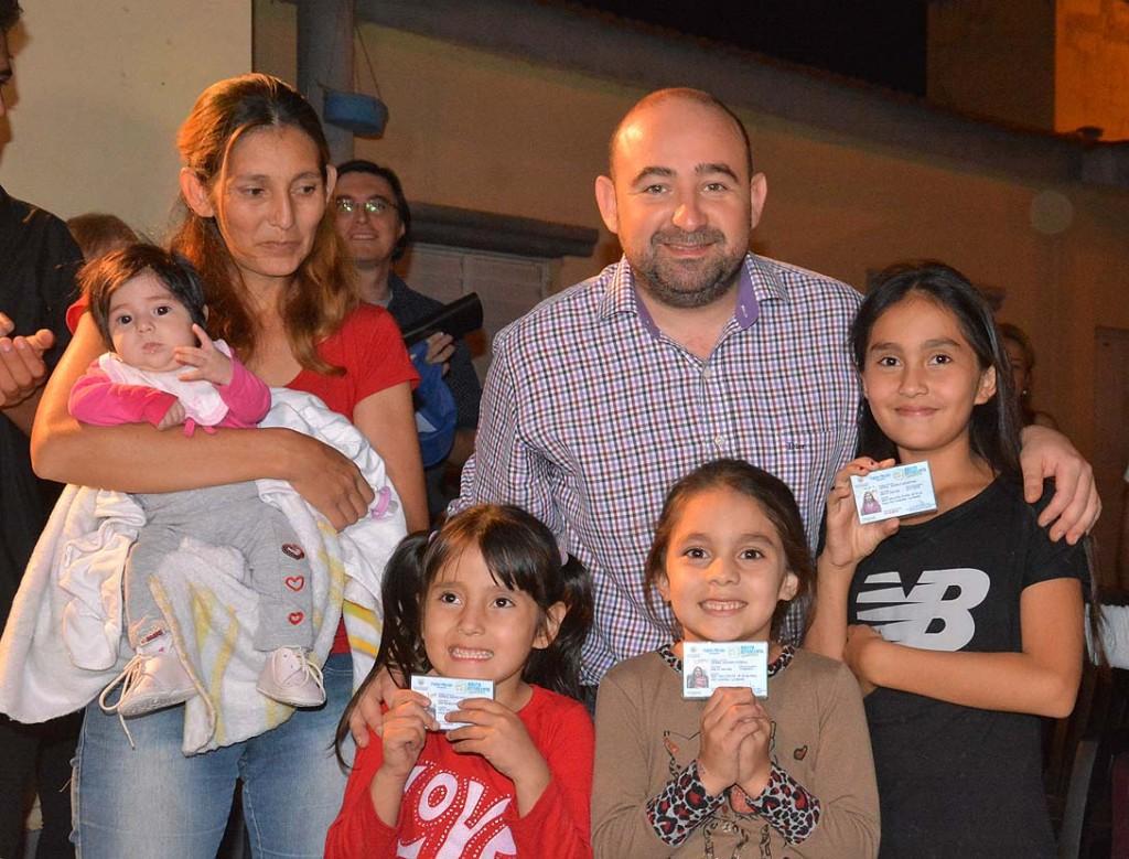 El intendente hizo entrega de carnés del Boleto Estudiantil Gratuito a una familia