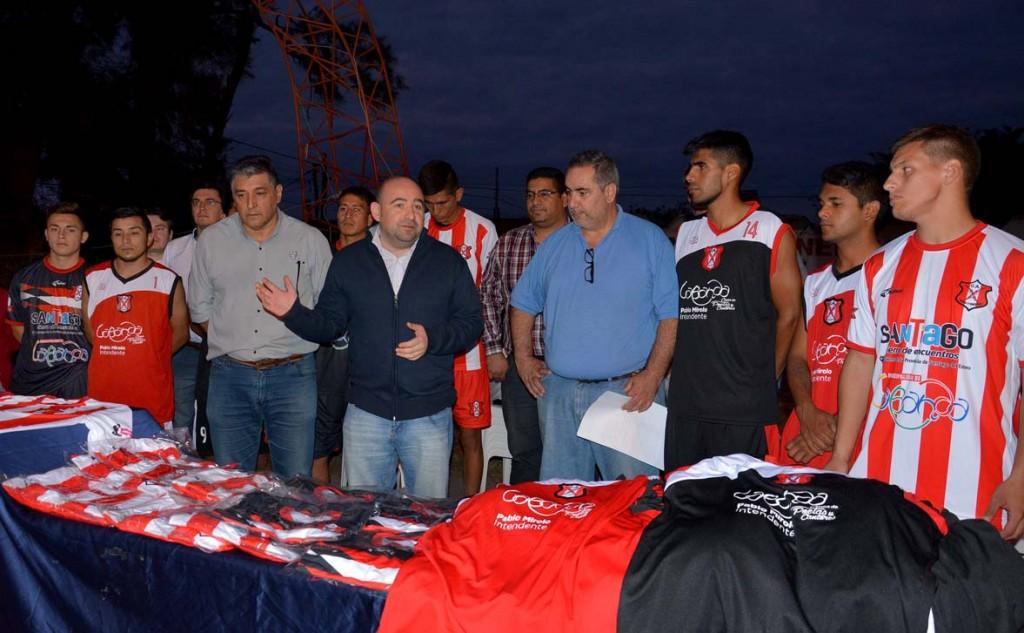 El intendente Mirolo entregó indumentaria deportiva al Club Agua y Energía