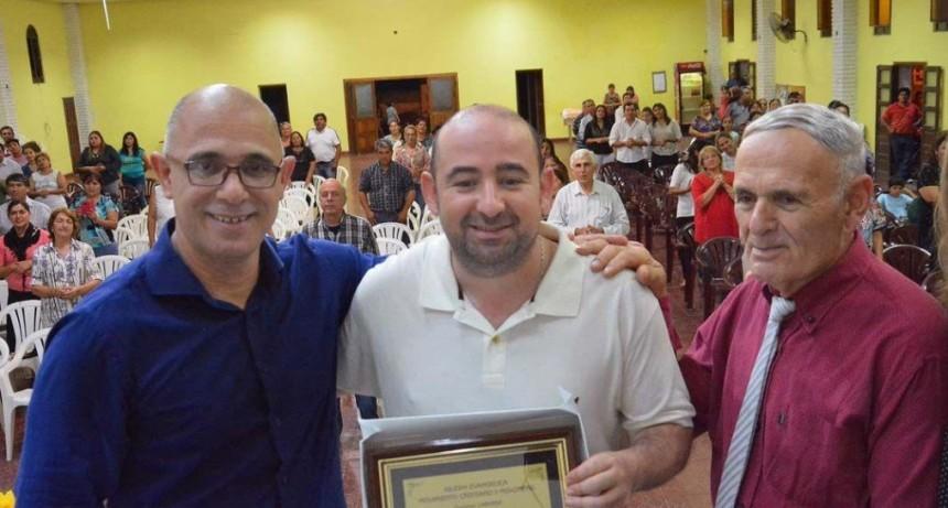 Mirolo recibió una plaqueta de reconocimiento de manos de pastores evangélicos