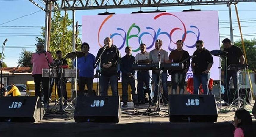El municipio celebró con un colorido espectáculo el 30º aniversario del barrio Primero de Mayo