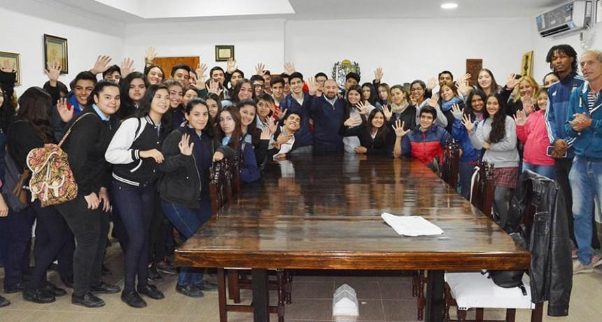 El intendente entregó subsidios a alumnos de cuatro colegios