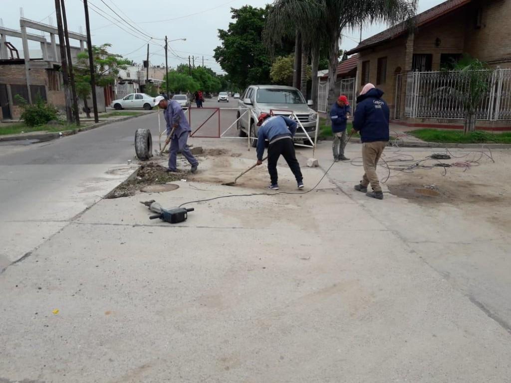 Personal de Obras Públicas realiza trabajos de bacheo y arreglo de calles