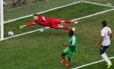 Francia logró vulnerar a Nigeria sobre el final y avanzó a cuartos