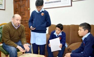 Alumnos del Colegio Cristo Rey entrevistaron al intendente Mirolo