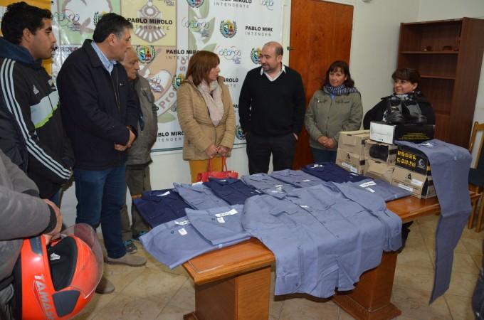Entregan ropa de trabajo al personal de maestranza del Cementerio La Misericordia