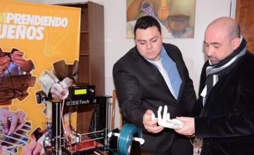 Joven innovador recibió ayuda del intendente Mirolo para la fabricación de prótesis gratuitas para discapacitados