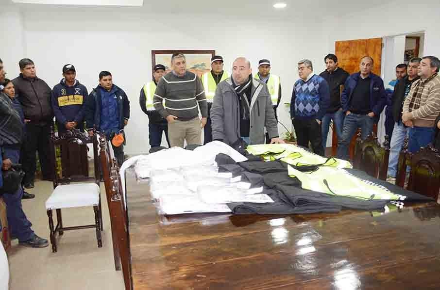 El intendente Mirolo entregó uniformes a un centenar de agentes de tránsito