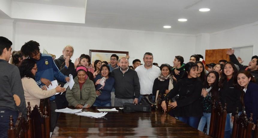 El municipio entregó ayudas a alumnos de cuatro colegios para la presentación de camperas