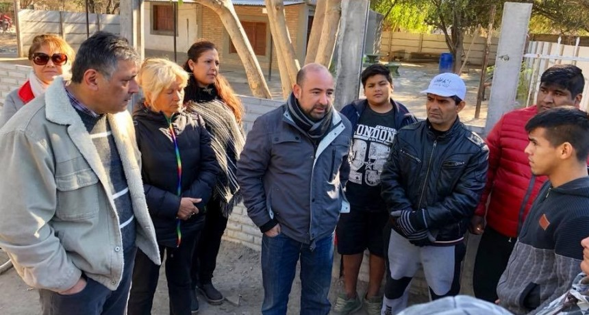 Mirolo acompañado por autoridades visitó a vecinos del barrio La Isla