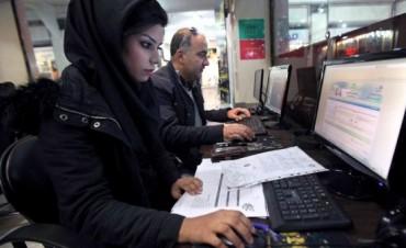 Irán condenó a ocho jóvenes a 127 años de prisión por criticar al régimen en Facebook