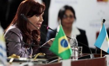 Con fuertes críticas a Griesa y al FMI, la Presidente denunció en el Mercosur: