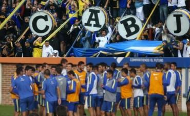 Difunden imágenes de una reunión entre los barras de Boca y el plantel de Arruabarrena en la concentración