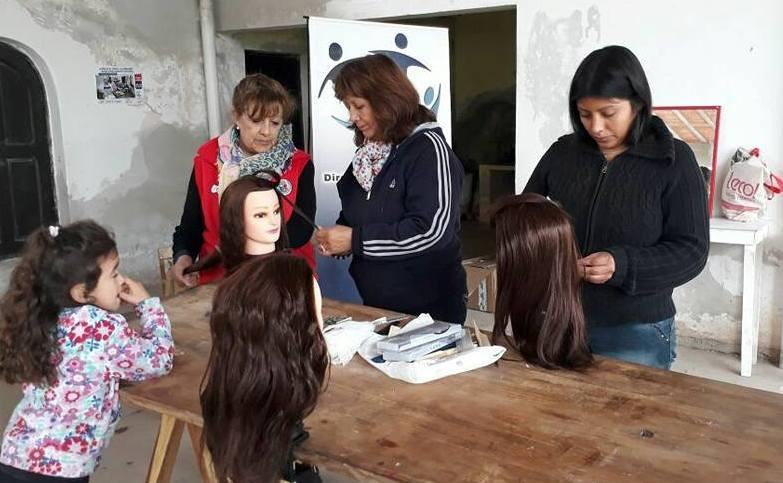 Se dictan talleres gratuitos de peluquería y tejido