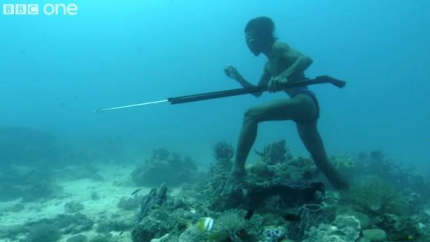 Sulvan, el hombre que camina sobre el fondo del mar para cazar