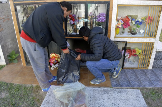 Vándalos roban urnas en el cementerio La Misericordia