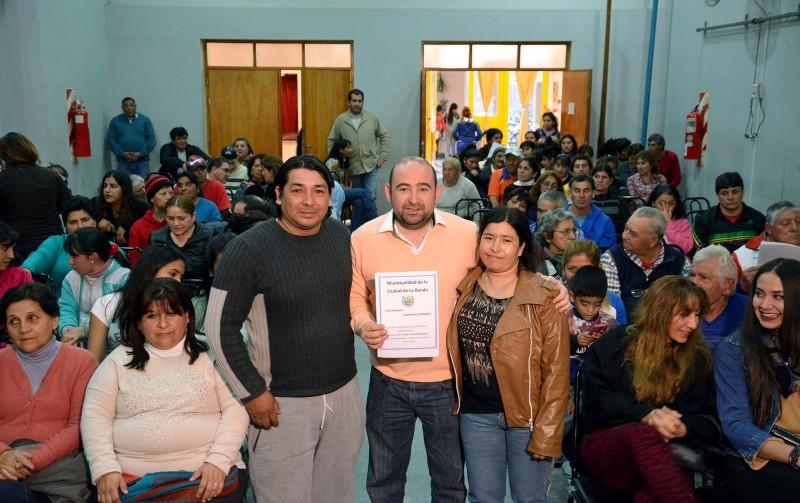 Mirolo entregó escrituras de terrenos a 30 familias del barrio Sarmiento
