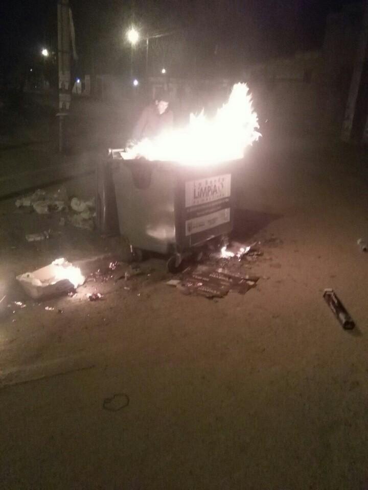 Vecinos bandeños intentaron salvar un contenedor de manos inescrupulosas