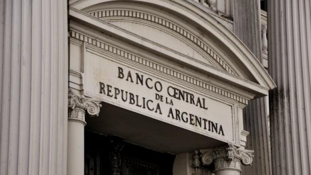 El Banco Central anunció que obligará a otras entidades a venderle más dólares
