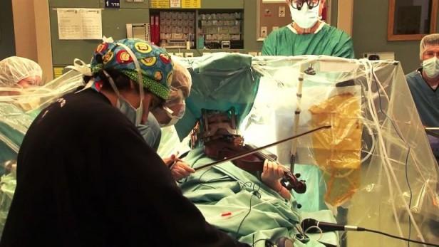 Violinista israelí da un concierto mientras la operan del cerebro