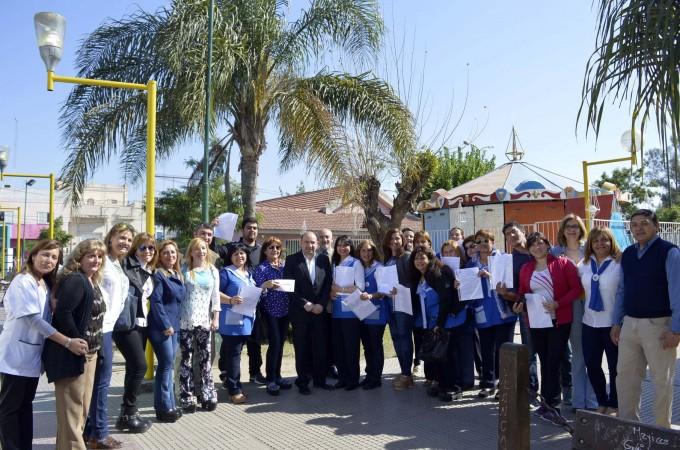 El jefe comunal entregó decretos de titularización a docentes municipales