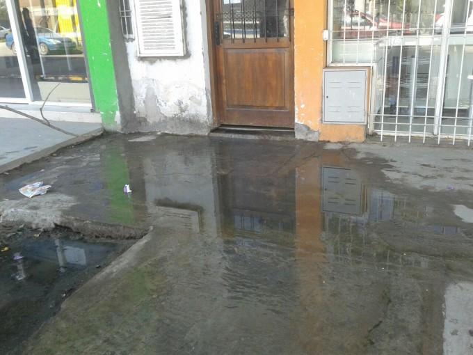 La comuna clausuró un edificio por un derrame de aguas servidas